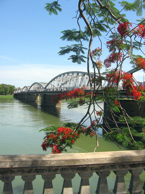 Truong tien bridge 2005